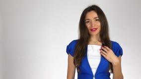 Πορτρέτο της όμορφης νέας γυναίκας brunette στο άσπρο κλίμα απόθεμα βίντεο