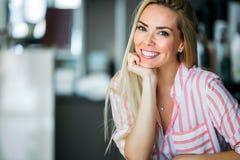 Πορτρέτο της όμορφης νέας ευτυχούς χαμογελώντας γυναίκας με μακρυμάλλη στοκ εικόνες