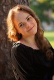 Πορτρέτο της όμορφης νέας ευτυχούς χαμογελώντας γυναίκας, υπαίθρια στοκ εικόνες με δικαίωμα ελεύθερης χρήσης