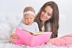 Πορτρέτο της όμορφης νέας μητέρας με χαριτωμένο λίγη κόρη στοκ φωτογραφία με δικαίωμα ελεύθερης χρήσης