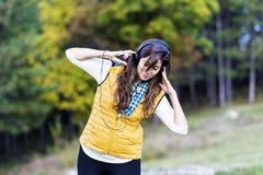 Πορτρέτο της όμορφης νέας μουσικής ακούσματος γυναικών υπαίθριας απόλαυση της μουσικής Στοκ Φωτογραφίες