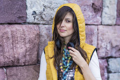 Πορτρέτο της όμορφης νέας μουσικής ακούσματος γυναικών υπαίθριας απόλαυση της μουσικής Στοκ φωτογραφίες με δικαίωμα ελεύθερης χρήσης