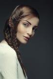 Πορτρέτο της όμορφης νέας ξανθής γυναίκας με τις δημιουργικές πλεξούδες εκτάριο Στοκ φωτογραφία με δικαίωμα ελεύθερης χρήσης