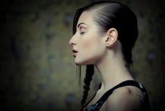 Πορτρέτο της όμορφης νέας ξανθής γυναίκας με τις δημιουργικές πλεξούδες εκτάριο Στοκ εικόνα με δικαίωμα ελεύθερης χρήσης