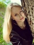 Πορτρέτο της όμορφης νέας ξανθής γυναίκας Στοκ Φωτογραφία
