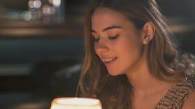 Πορτρέτο της όμορφης νέας συνεδρίασης γυναικών στον καφέ Ειδική ημέρα του κοριτσιού, είναι με το makeup, συμπαθητικός ντυμένος κα φιλμ μικρού μήκους