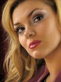 Πορτρέτο της όμορφης να ονειρευτεί ξανθής κινηματογράφησης σε πρώτο πλάνο. Φωτογραφία στούντιο Στοκ Φωτογραφίες