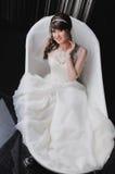 Πορτρέτο της όμορφης νύφης που βρίσκεται σε μια μπανιέρα γάμος κατάταξης τεμαχίων φορεμάτων W Στοκ φωτογραφία με δικαίωμα ελεύθερης χρήσης