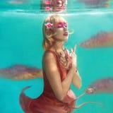 Πορτρέτο της όμορφης ξανθής γυναίκας με το ρόδινο φλαμίγκο Στοκ φωτογραφία με δικαίωμα ελεύθερης χρήσης