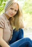Πορτρέτο της όμορφης ξανθής γυναίκας υπαίθρια στοκ φωτογραφία με δικαίωμα ελεύθερης χρήσης