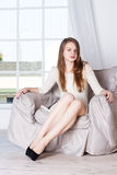 Πορτρέτο της όμορφης ξανθής συνεδρίασης στην πολυθρόνα στοκ εικόνες με δικαίωμα ελεύθερης χρήσης