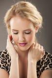 Πορτρέτο της όμορφης ξανθής φορώντας ζωικής τυπωμένης ύλης Στοκ Εικόνες