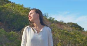 Πορτρέτο της όμορφης ονειρεμένος νέας γυναίκας στην έρημο τρίχωμα μεταδιδόμενο μέσω του ανέμου απόθεμα βίντεο