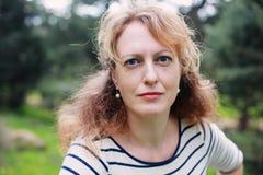 Πορτρέτο της όμορφης πραγματικής χρονών γυναίκας 40 Στοκ Φωτογραφίες