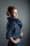 Πορτρέτο της όμορφης πρότυπης τοποθέτησης στο μοντέρνο παλτό στοκ φωτογραφίες με δικαίωμα ελεύθερης χρήσης