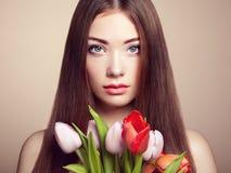 Πορτρέτο της όμορφης σκοτεινός-μαλλιαρής γυναίκας στοκ φωτογραφία με δικαίωμα ελεύθερης χρήσης
