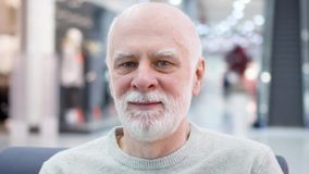Πορτρέτο της όμορφης συνεδρίασης ατόμων χαμόγελου ανώτερης στη λεωφόρο αγορών Συνταξιούχος αρσενική αναμονή αγοραστών απόθεμα βίντεο