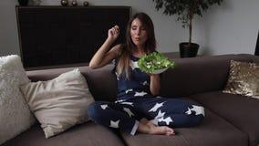 Πορτρέτο της όμορφης χαμογελώντας γυναίκας που τρώει την ορεκτική σαλάτα που κάνει το φιλί αέρα το μέσο πυροβολισμό απόθεμα βίντεο