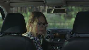 Πορτρέτο της όμορφης χαμογελώντας γυναίκας στο αυτοκίνητο απόθεμα βίντεο