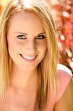 Πορτρέτο της όμορφης χαμογελώντας γυναίκας στοκ εικόνα με δικαίωμα ελεύθερης χρήσης
