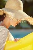 Πορτρέτο της όμορφης χαλάρωσης γυναικών στο swimm στοκ εικόνα με δικαίωμα ελεύθερης χρήσης
