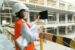 Πορτρέτο της ώριμης γυναίκας αρχιτεκτόνων σε ένα εργοτάξιο οικοδομής Κτίσιμο, ανάπτυξη, ομαδική εργασία και έννοια ανθρώπων στοκ εικόνες