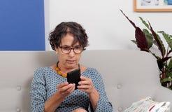 Πορτρέτο της ώριμης γυναίκας που χρησιμοποιεί app στο smartphone της Στοκ εικόνα με δικαίωμα ελεύθερης χρήσης