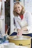 Πορτρέτο της ώριμης εργασίας γυναικών στη ρόδα αγγειοπλαστών στο στούντιο Στοκ εικόνες με δικαίωμα ελεύθερης χρήσης
