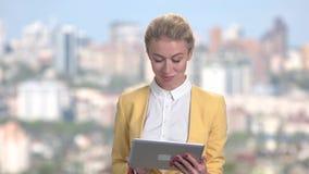 Πορτρέτο της ώριμης ευτυχούς επιχειρησιακής γυναίκας με την ταμπλέτα απόθεμα βίντεο