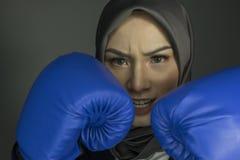 Πορτρέτο της aggrassive και βέβαιας νέας χαμογελώντας επαγγελματικής γυναίκας έκφρασης Στοκ φωτογραφία με δικαίωμα ελεύθερης χρήσης
