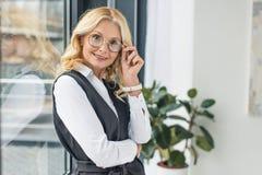 πορτρέτο της beautful μέσης ενήλικης επιχειρηματία στοκ εικόνες