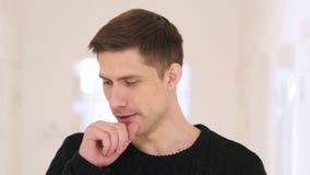 Πορτρέτο του άρρωστου νεαρού άνδρα που βήχει, βήχας στοκ εικόνα με δικαίωμα ελεύθερης χρήσης