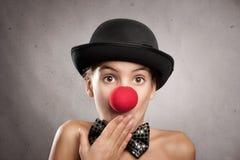 Πορτρέτο του έκπληκτου μικρού κοριτσιού με μια μύτη κλόουν Στοκ Φωτογραφίες