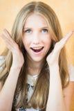 Πορτρέτο του έκπληκτου νέου όμορφου κοριτσιού Στοκ εικόνα με δικαίωμα ελεύθερης χρήσης