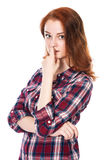 Πορτρέτο του έκπληκτου όμορφου νέου κοκκινομάλλους κοριτσιού που εξετάζει στοκ εικόνες