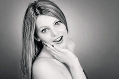 Πορτρέτο του έκπληκτου όμορφου χεριού εκμετάλλευσης κοριτσιών στο πρόσωπό της μέσα Στοκ Φωτογραφίες