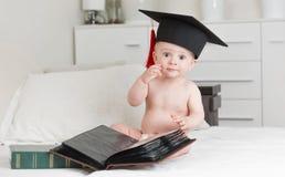 Πορτρέτο του έξυπνου μωρού στην τοποθέτηση βαθμολόγησης ΚΑΠ με τα βιβλία Στοκ φωτογραφίες με δικαίωμα ελεύθερης χρήσης