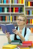 Πορτρέτο του έξυπνου σπουδαστή με την ανοικτή ανάγνωση βιβλίων Στοκ Φωτογραφίες