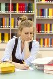 Πορτρέτο του έξυπνου σπουδαστή με την ανοικτή ανάγνωση βιβλίων Στοκ Φωτογραφία