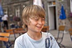 Πορτρέτο του έξυπνου χαμογελώντας αγοριού Στοκ Εικόνα
