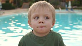 Πορτρέτο του λίγο αστείου αγοριού κοντά στη λίμνη απόθεμα βίντεο