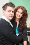 Πορτρέτο του αγκαλιάσματος του όμορφου ευτυχούς ζεύγους Στοκ Εικόνες