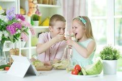 Πορτρέτο του αδελφού και της αδελφής που μαγειρεύουν από κοινού στοκ φωτογραφία με δικαίωμα ελεύθερης χρήσης