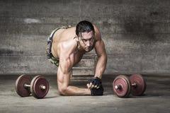 Πορτρέτο του αθλητή μυών που εξετάζει τη κάμερα Στοκ φωτογραφία με δικαίωμα ελεύθερης χρήσης