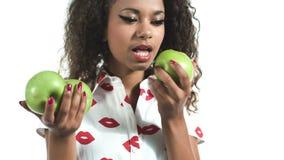 Πορτρέτο του αμερικανικού προτύπου afro μόδας που δαγκώνει ένα μήλο φιλμ μικρού μήκους
