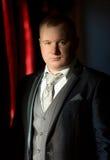 Πορτρέτο του αναδρομικού ορισμένου επιχειρηματία στο γκρίζο κοστούμι στοκ εικόνες