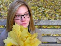 Πορτρέτο του ανησυχημένου έφηβη στο πάρκο φθινοπώρου στοκ φωτογραφία
