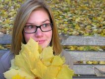 Πορτρέτο του ανησυχημένου έφηβη στο πάρκο φθινοπώρου στοκ φωτογραφία με δικαίωμα ελεύθερης χρήσης