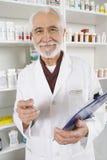 Πορτρέτο του ανώτερου αρσενικού φαρμακοποιού στοκ φωτογραφία