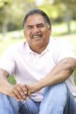 Πορτρέτο του ανώτερου ατόμου στο πάρκο στοκ φωτογραφία με δικαίωμα ελεύθερης χρήσης